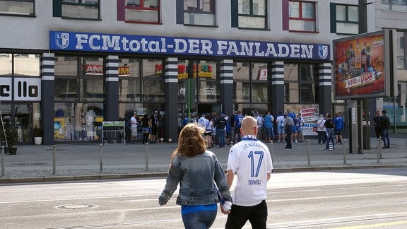 FCM-Fans vor dem Fanladen in Magdeburg.