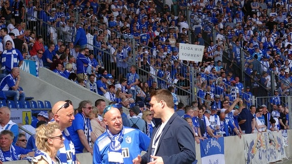 Volle Ränge im Fußball-Stadion in Magdeburg.