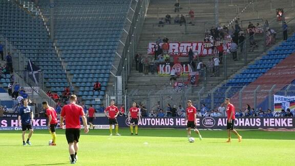 Spieler von Fortuna Köln auf dem Rasen.