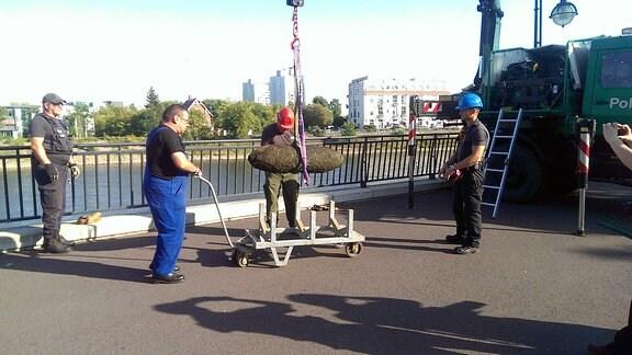 Eine Fliegerbombe aus der Elbe wird abtransportiert