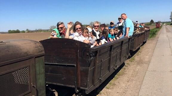 Gäste fahren mit der Feldbahn Schlanstedt