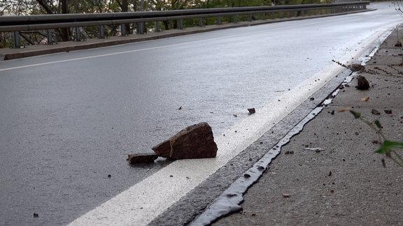 Steine liegen am Straßenrand im Harz