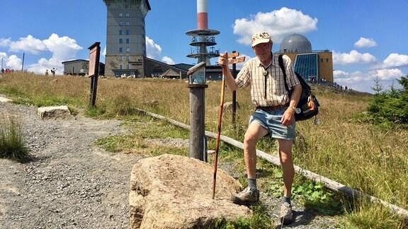 Der als Brocken-Benno bekannte Wanderer auf dem Brocken im Harz