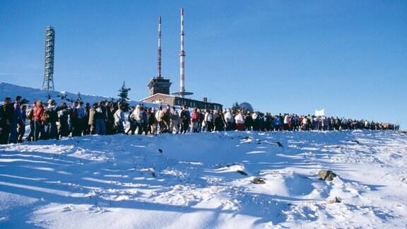 Hunderte Menschen wandern auf den Brocken