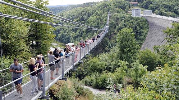 Seilhaengebruecke fuer Fussgaenger TITAN RT an der Sperrmauer der Rappbodetalsperre bei Elbingerode-Ruebeland im Harz