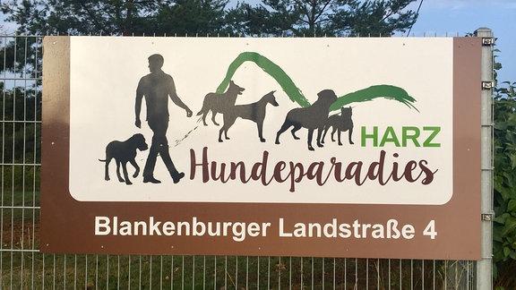 Schild an Zaun: Hundeparadies Harz.