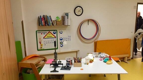 Tisch mit Stiften und Spielzeug.