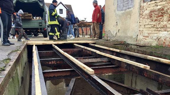 Eine alte Brückenwaage wird saniert.