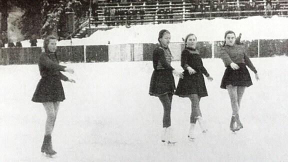 Schwarz-weiß-Foto einer Eislaufbahn mit vier Menschen