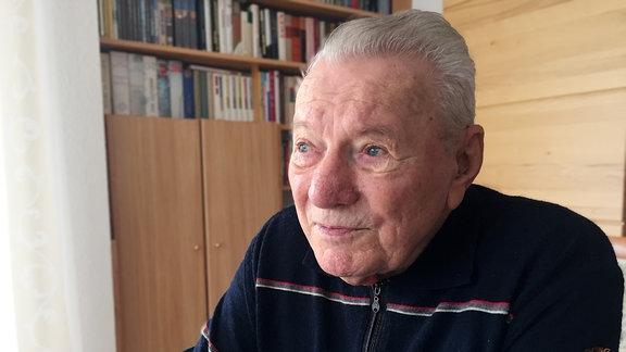 Alter Mann mit blauen Augen und weißen Haaren