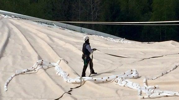 Ein Bauarbeiter auf dem Dach der Schierker Feuersteinarena
