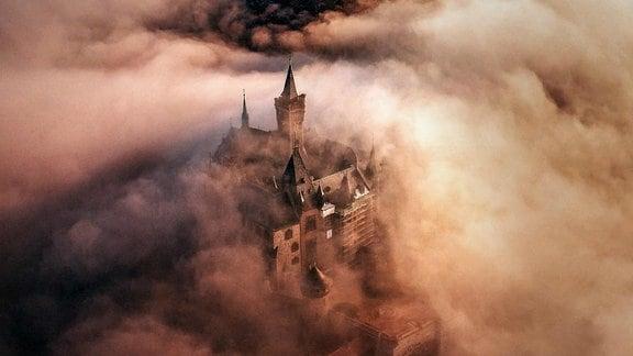 Sagenumwobene Luftaufnahme des Schlosses Wernigerode im Nebel