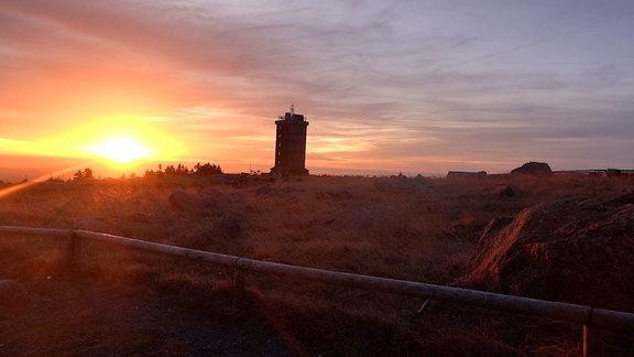 Die Sonne geht auf dem Brockengipfel auf.
