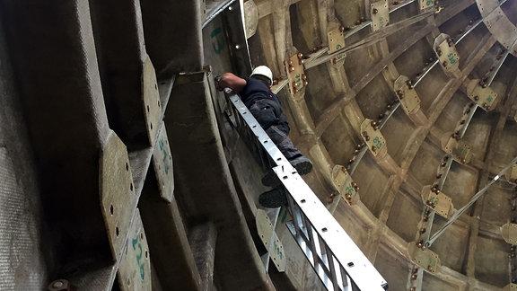 Ein Arbeiter auf einer Leiter