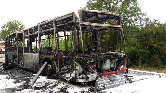 Wrack eines ausgebrannten Busses