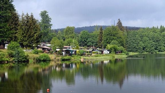 Ein Campingplatz an einem Gewässer.