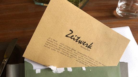 Offener Umschlag mit Menü aus dem Zeitwerk.