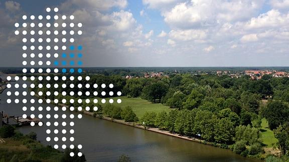 Blick auf die Elbe im Jerichower Land, darauf eine Sachsen-Anhalt-Karte aus Punkten
