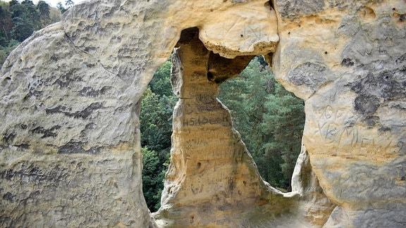 Grottenartiges Loch im Felsen.