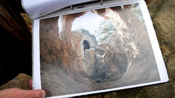 Ein Foto, das einen Blick ins Innere des Klusfelsens zeigt.