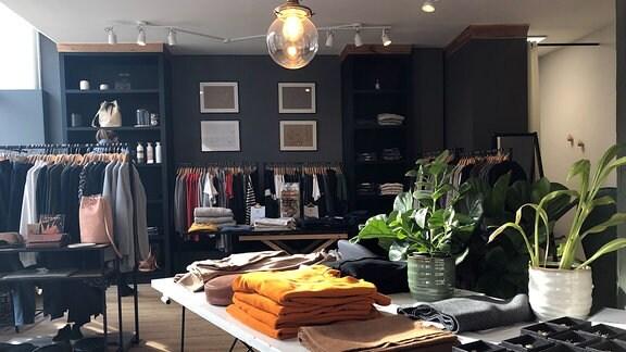 Kleidung in einem Geschäft