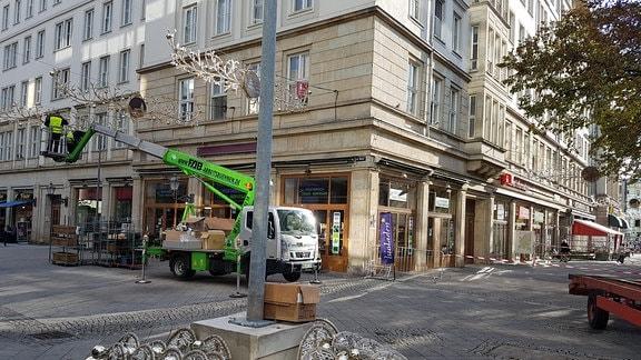 Männer auf Kran montieren Beleuchtung in Magdeburgs Innenstadt