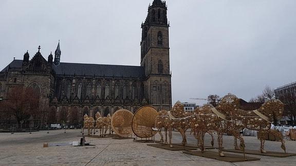 Der Magdeburger Halbkugelversuch als Leuchtobjekt bei Tag auf dem Domplatz in Magdeburg