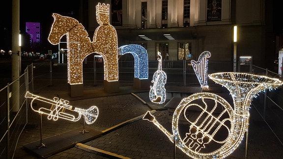 Musikinstrumente als Leuchtobjekte vor dem Opernhaus in Magdeburg