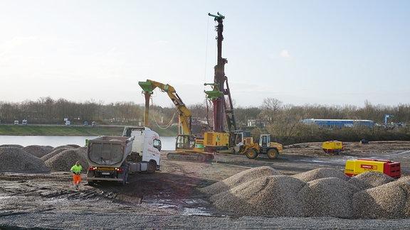 Baumaschinen auf der Baustelle für die neue Strombrücke