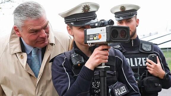 Innenminister Holger Stahlknecht (CDU,Sachsen Anhalt) mit einer Polizeibeamtin am Messgerät - Teilnahme an der Operation Speedmarathon in der Jerichower Straße, Höhe Tessenowstraße in Fahrtrichtung Innenstadt Magdeburg - Geschwindigkeitskontrolle zur Verkehrsüberwachung wird die Geschwindigkeit des Kfz-Verkehrs in Magdeburg