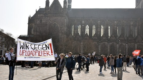 Menschenmenge vor dem Magdeburger Dom.