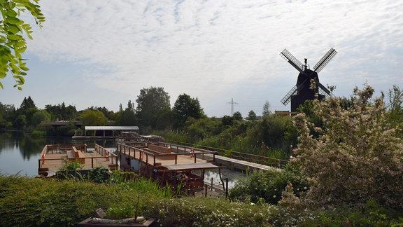 Blick auf eine Landschaft mit der Silhouette mit einer Windmühle