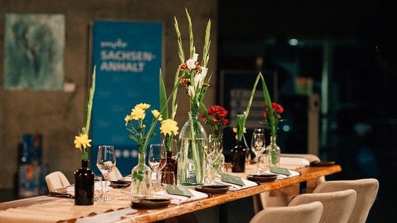 Ein gedeckter Tisch in den Räumlichkeiten der Kantine im MDR SACHSEN-ANHALT Landesfunkhaus in Magdeburg.