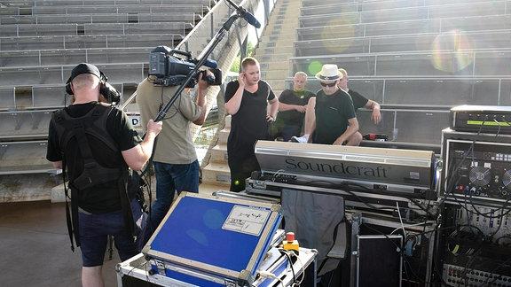 Ein Kamerateam filmt bei einer Art Soundcheck.