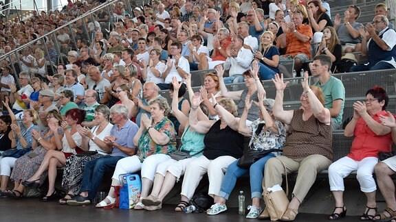 Mitklatschendes Publikum bei einem Konzert.