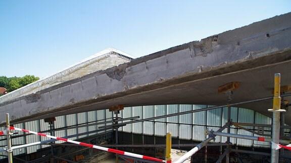 Blick von oben auf den Querschnitt eines Dachträgerbalkens der Hyparschale.