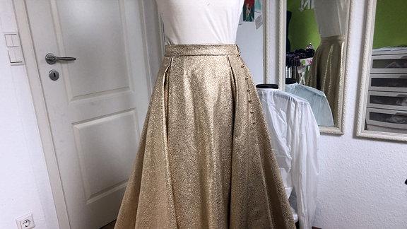 Goldener Rock an einer Kleiderpuppe
