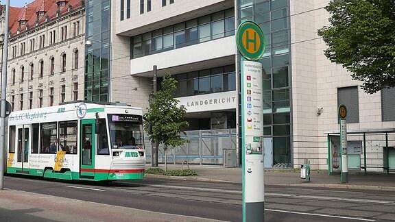 Eine Straßenbahn an der Haltestelle vor dem Landgericht Magdeburg