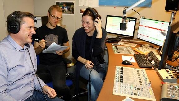Programmmacher Thomas Bellrich (links) mit Moderatorin Antonia Kaloff und Redakteur André Plaul