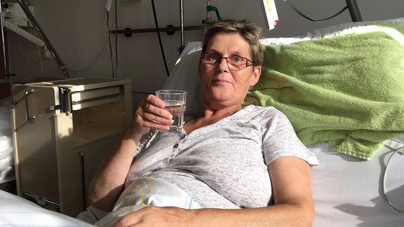 Eine Patientin im Krankenhausbett