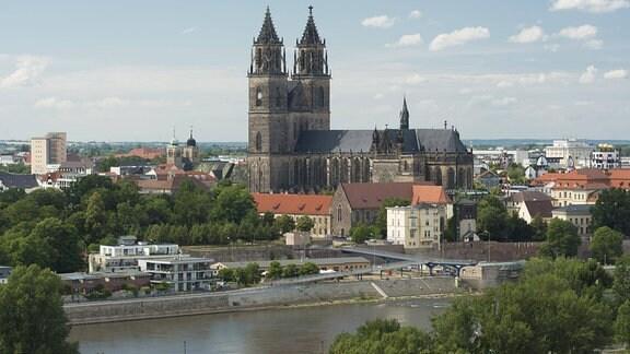 Stadtansicht mit Magdeburger Dom und Elbe
