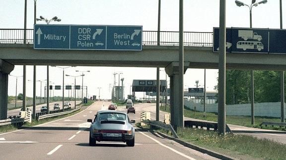 Autos fahren durch Marienborn Grenzübergang 1990