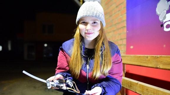 Studentin mit Messsensor und Laptop