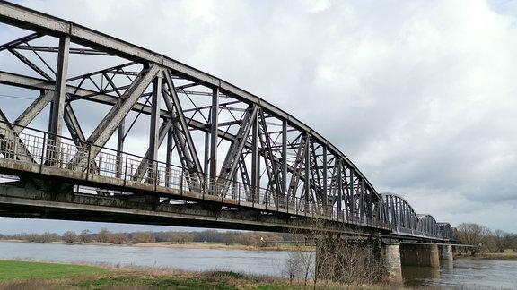 Eisenbahnbrücke über die Elbe.
