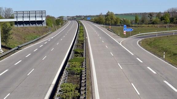 Blick auf die leere Autobahn 14 im Salzlandkreis. Bei Sonnenschein ist kein einziges Auto zu sehen