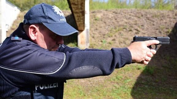 Ein Polizist mit einer Glock 46 in den Händen