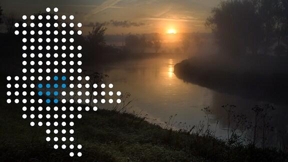 Blick auf einen Fluss, darauf eine Sachsen-Anhalt-Karte aus Punkten