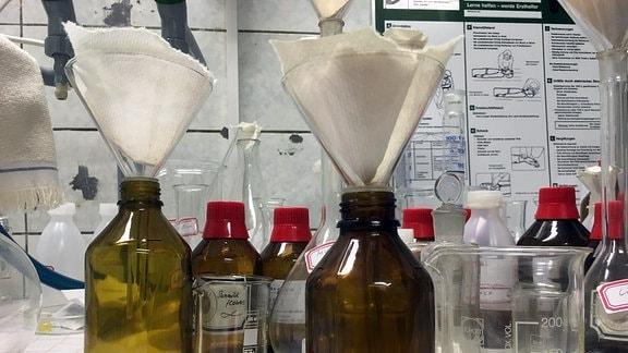 Labor mit Gefäßen, Flaschen und Trichtern mit Filter