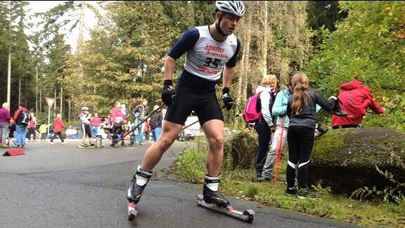Ein Athlet rollt durch den Wald.