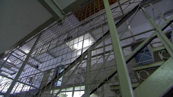 Gefängnisgänge und -treppen